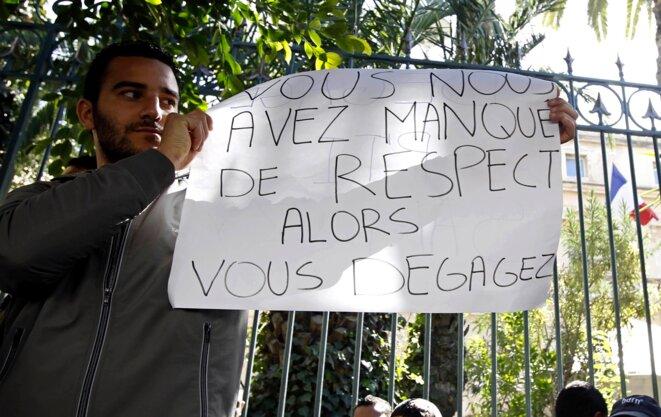 Devant l'ambassade de France à Tunis, février 2011.