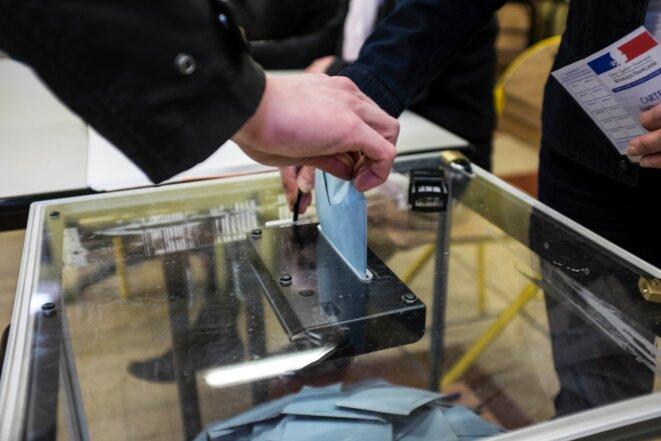 Dans un bureau de vote parisien, le 23 mars 2014 © Nicolas Serve