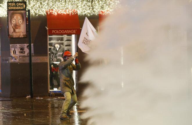 La police turque disperse les manifestations anticorruption, le 27 décembre à Istanbul
