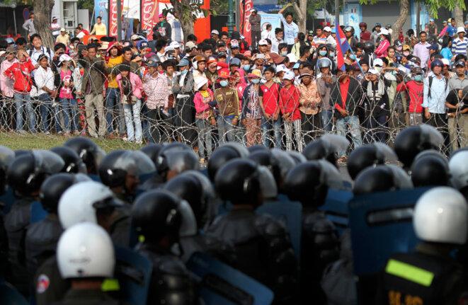 Manifestation au Cambodge de l'opposition et des salariés du textile, le 30 décembre 2013