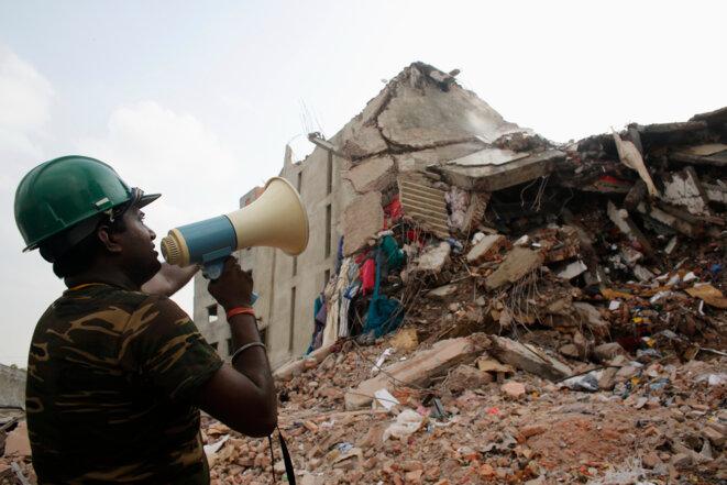 Un sauveteur cherche des survivants dans les décombres du Rana Plaza, le 30 avril 2013.
