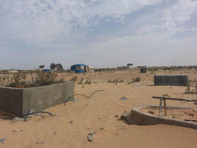 Les installations de l'ancien camp, détruites par les autorités, et les habitations actuelles. © S.Potot