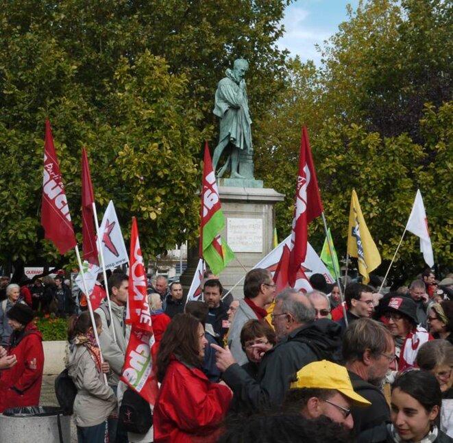 Laval, 13 oct. 2012, les manifestants devant la statue d'Ambroise Paré
