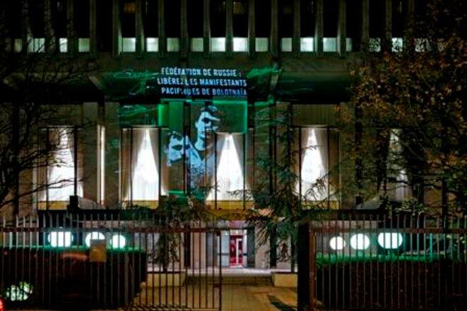 Prisonniers de Bolotnaïa projetés sur l'ambassade de Russie, Paris décembre 2013 © Pierre-Yves Brunaud/ AI France