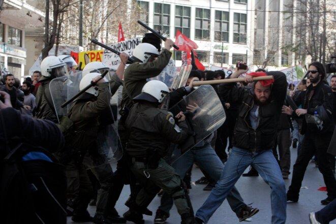 Des policiers grecs s'attaquent à un manifestant