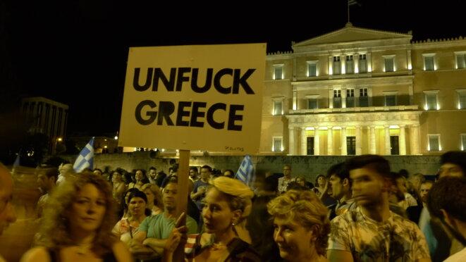 Devant le parlement, dimanche soir, après l'annonce des premiers résultats © Amélie Poinssot
