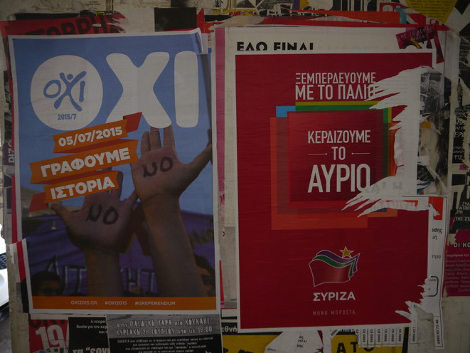 Dans une rue d'Athènes, l'affiche électorale de Syriza accolée à une affiche de juillet appelant au 'non'