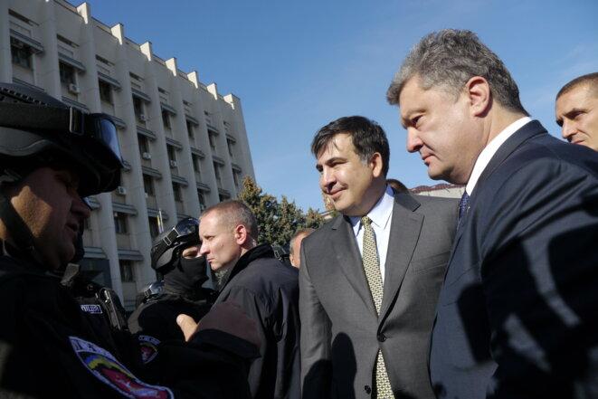 Le président Petro Porochenko et Mikhaïl Saakachvili devant le siège de la préfecture d'Odessa © Amélie Poinssot