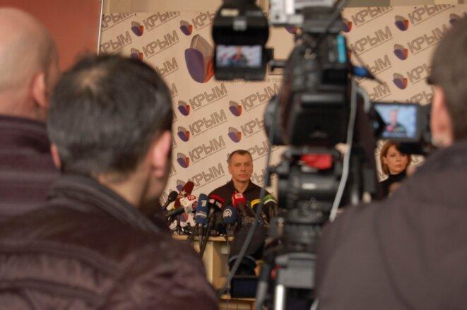 Le président du parlement de Crimée Vladimir Konstantinov s'exprime devant les journalistes