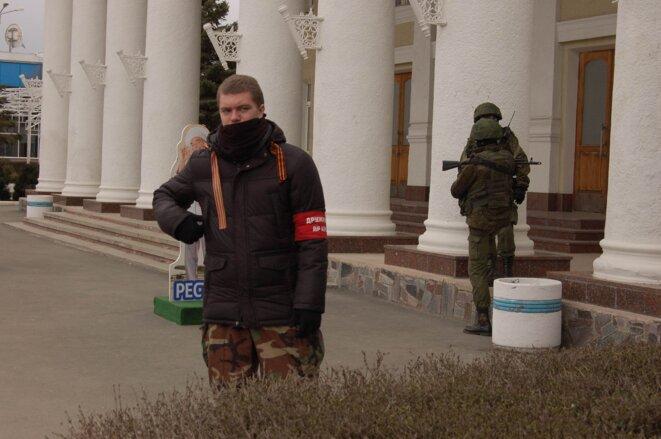 A l'aéroport de Simferopol, un milicien et deux militaires sans insigne