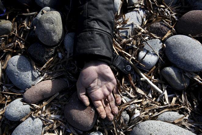 La main d'un homme échoué sur l'île de Lesbos, le 31 octobre 2015.