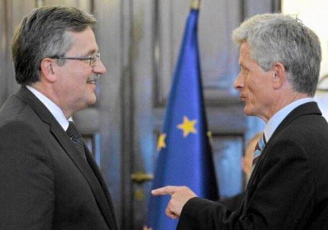 Le président polonais Bronisław Komorowski (à gauche) avec son conseiller Roman Kuźniar (à droite) © dr