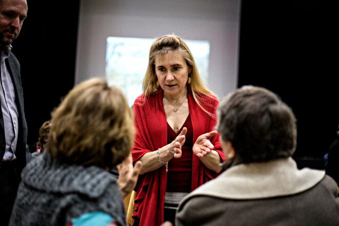 Agnès Gizard-Carlin (EELV) s'adresse à des militantes lors d'une réunion publique à Agde (Hérault). © Yann Castanier
