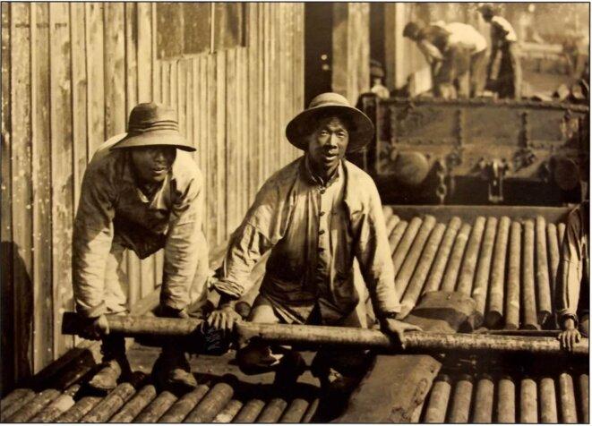 Manutentionnaires chinois à l'arrière du front, en 1917.