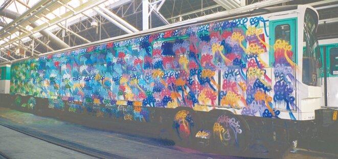 Un wagon du métro parisien graffé par Azyle.