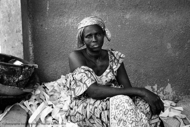 2010. Astou Niang, transformatrice à Thiaroye-Sur-Mer, touchée par le MBËKK MI, terme xolof désignant l'émigration clandestine.