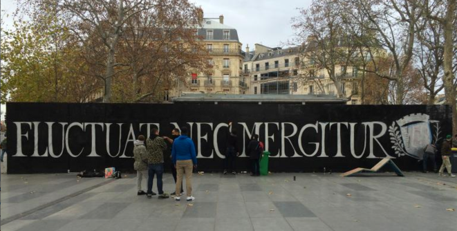 « Fluctuat Nec Mergitur ». « Il est battu par les flots mais ne sombre pas ». Devise de la mairie de Paris.