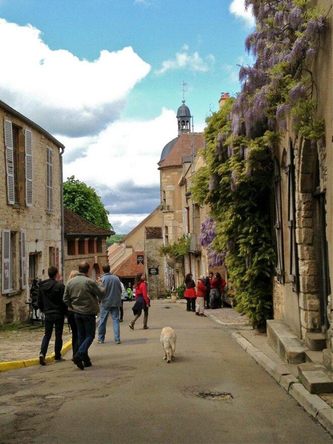 Déambulation dominicale dans la rue principale de Vézelay. © A. D.