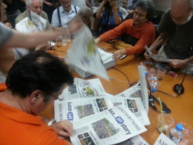 L'arrivée des premiers exemplaires du journal des grévistes.