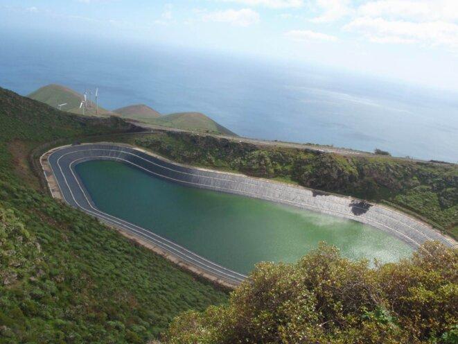 Réservoir supérieur de la centrale hydro-éolienne et parc de moulins (au 2ème plan et à gauche). El Hierro, mars 2014.  © A. Gioda, IRD.