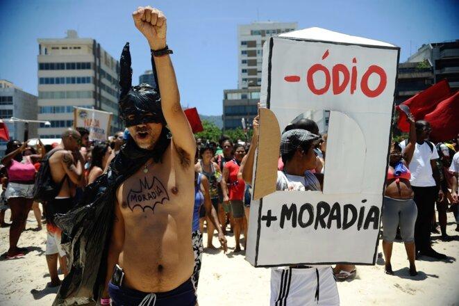 Manifestation du MTST sur la plage de Leblon, à Rio de Janeiro, en novembre 2014. Slogan: «Moins de haine, plus de logements» © Fernando Frazão/ Agência Brasil