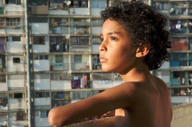 """Samuel Lange interprétant le rôle de Junior dans """"Pelo malo"""" de Marianna Rondon."""
