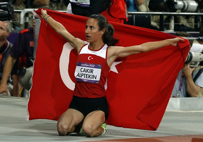 Turkey's Asli Cakir Alptekin celebrateS after winning gold in the women's 1500m final during the London 2012 Olympic Games at the Olympic Stadium August 10, 2012. REUTERS/Phil Noble (BRITAIN - Tags: SPORT ATHLETICS OLYMPICS) © Reuters