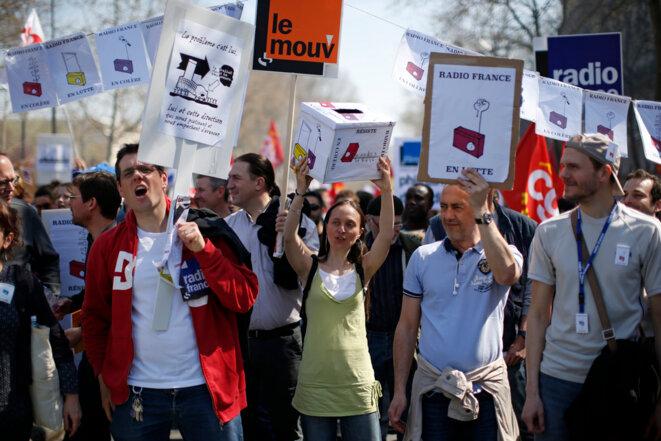 Grévistes de Radio France, lors de la manifestation du 9 avril à Paris contre l'austérité.