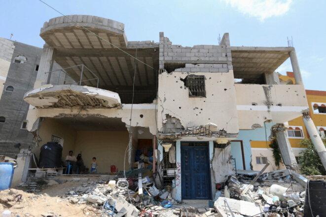 Le 2 juillet 2015 à Gaza, une famille dans sa maison détruite l'an dernier. © Reuters.