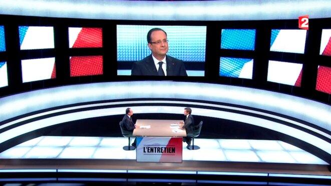 François Hollande sur le plateau de David Pujadas, le vide du pouvoir face à son interrogateur. © Reuters