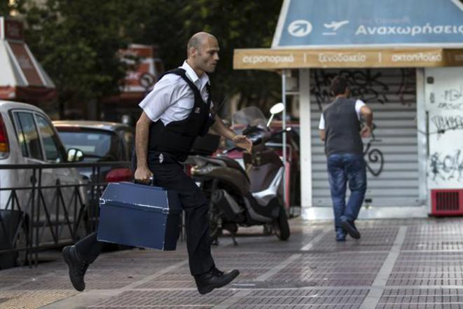 Livraison d'argent dans une banque d'Athènes, dimanche 28 juin. © Reuters.