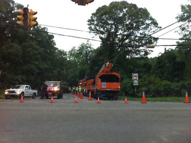 Une route fermée: l'équipe répare l'électricité pour les feux rouges. © G. Dx