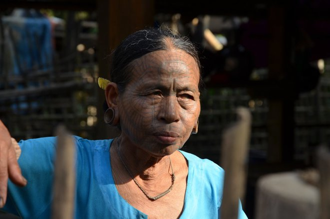 Une femme âgée de l'ethnie Chin, visage tatoué. © Guillaume Delacroix