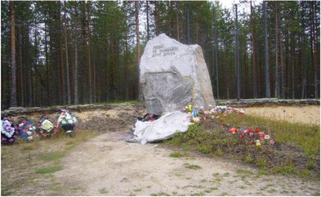 Monument aux victimes de la répression, cimetière de Sandarmokh, Carélie © KA