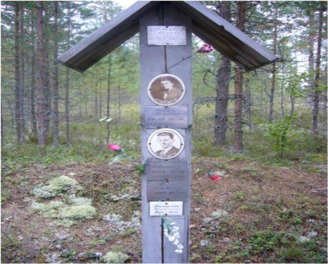 Croix de bois dans le cimetière-mémorial de Sandarmokh, en Carélie. © KA