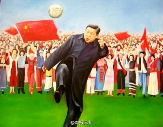 Xi Jinping joue au football.