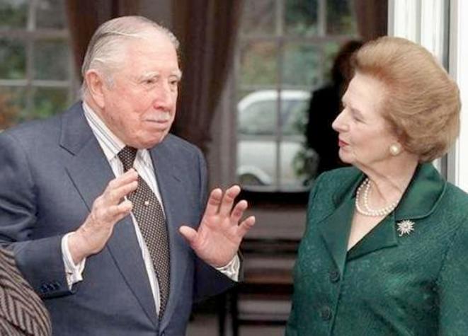 Margaret Thatcher venue apporter son soutien à Augusto Pinochet en mars 1999.
