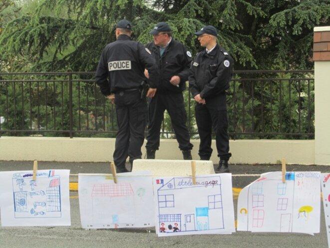 Policiers devant l'école de Rubelles