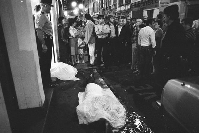 Le 25 octobre 1985, devant l'hôtel Monbar, deux des quatre victimes. Cliquer pour agrandir.