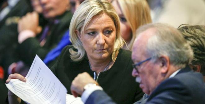 M. Le Pen et le trésorier du FN, W. de Saint-Just, au congrès du parti le 29 novembre. © Reuters