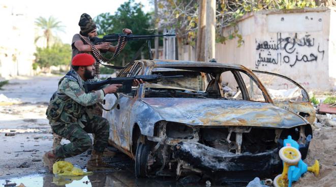 Des forces pro-gouvernementales libyennes se battent dans Benghazi en décembre 2014