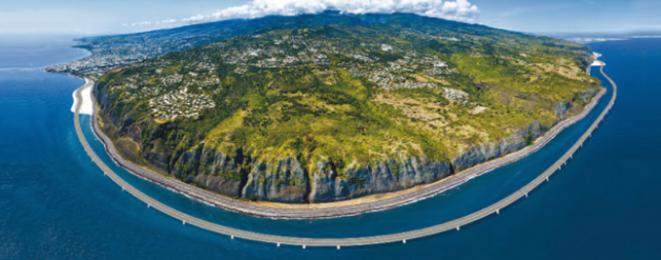 """Le tronçon """"viaduc"""" de la future route du littoral, à 100 mètres du rivage réunionnais © Région Réunion"""