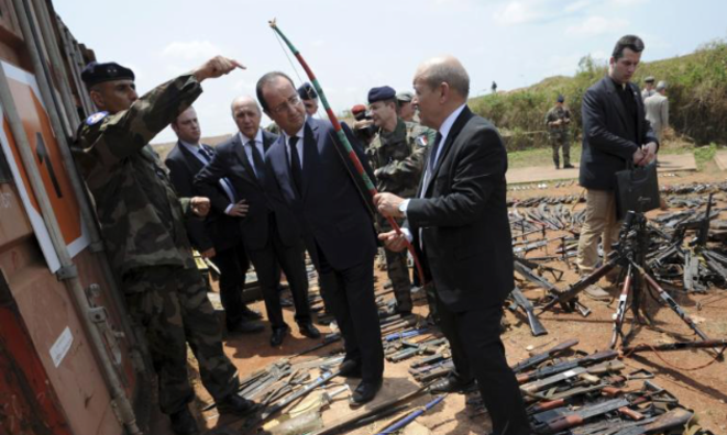 Jean-Yves Le Drian, François Hollande et Laurent Fabius avec les soldats français à Bangui, le 28 février 2014 © Reuters