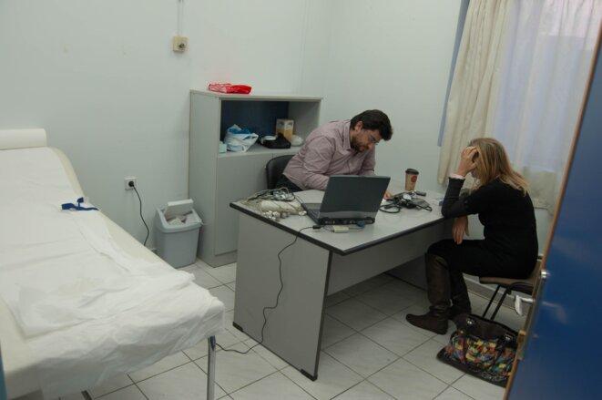 Clinique sociale de Korydallos: consultation d'un cardioloque © Amélie Poinssot