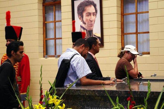 """Forte émotion plus d'un mois après la mort d'Hugo Chavez à la """"caserne de la Montagne"""" où repose Hugo Chavez © Jean-Baptiste Mouttet"""