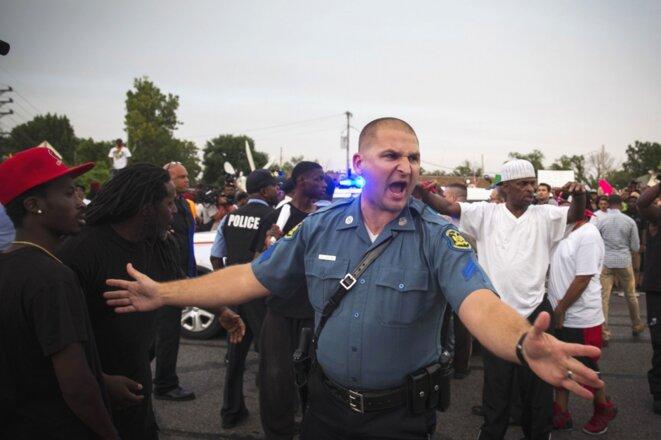 Un policier lors des émeutes de Ferguson © Reuters