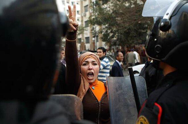 Manifestante défiant les militaires au Caire