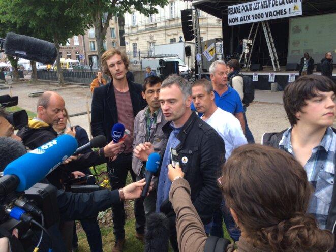 Laurent Pinatel lors d'un point presse improvisé devant le tribunal d'Amiens