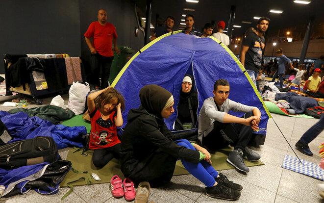 Des réfugiés campent dans la gare de Budapest, le 28 août 2015