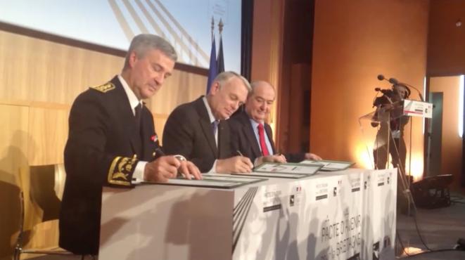 Jean-Marc Ayrault, premier ministre, signe le pacte d'avenir pour la Bretagne